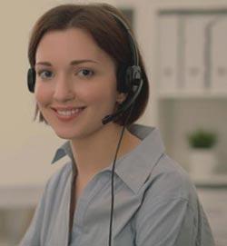 Freundliche junge Dame mit Headset